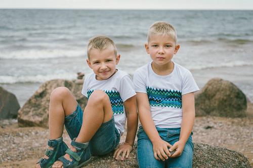 Divi brāļi bērnu fotosesijā saskaņotās vienādās drēbēs