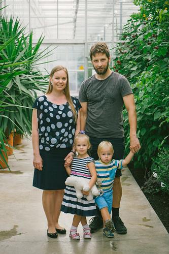 Ģimenes portrets Botāniskajā dārzā vecāki un bērni
