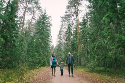 Grūtnieces ģimenes fotosesija mežā rudenī ar brāli