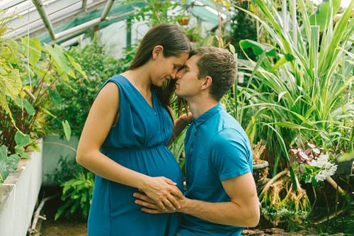 Gaidību fotosesijā paris zilos tērpus ar pierēm kopā Botāniskajā dārzā