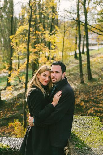 pāris ģērbies melnā košā rudens fotosesijā