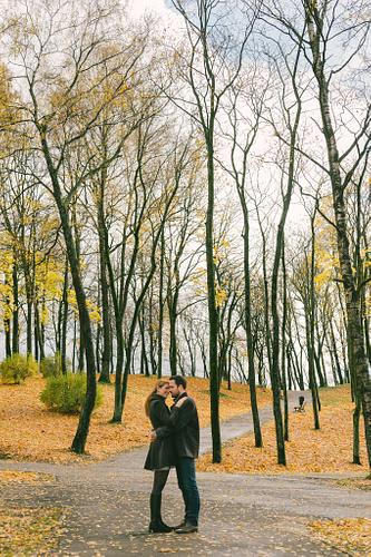 koki bez lapām rudens krāsas parkā romantiska fotosesija pārim