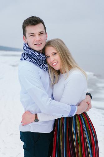 jauns pāris tautastērpā pie jūras ziemā fotosesija