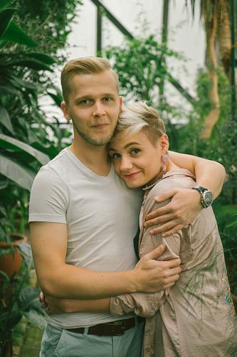 Pāra fotosesijā puisis apskāvis meiteni Botāniskajā dārzā