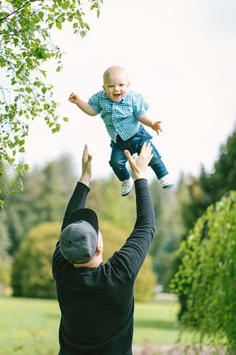 Tētis met gaisā un ķer savu dēlu
