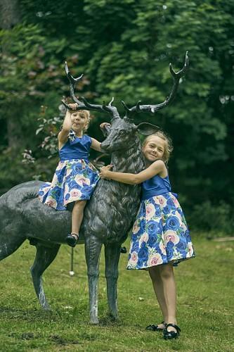 Divas māsas sēž brieža mugurā Cēsu Svētavota parkā