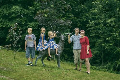 Ģimenes portrets uz brieža Cēsīs Svētavotā