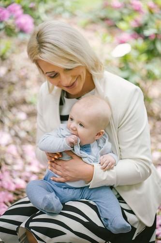 Mamma ar mazuli klēpī smaida