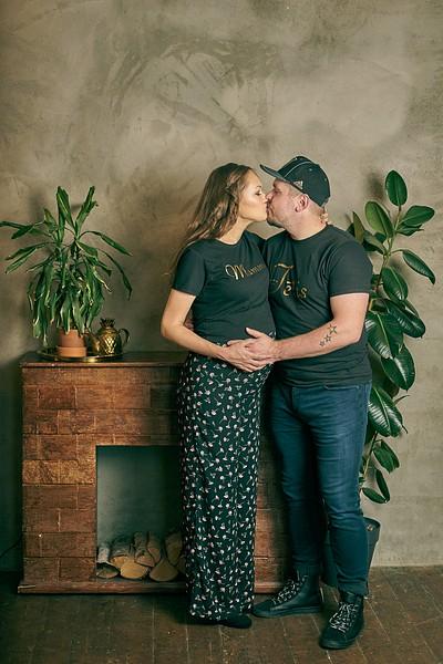 Pāris melnos t-kreklos un kedās skūpstās pie kamīna studijā
