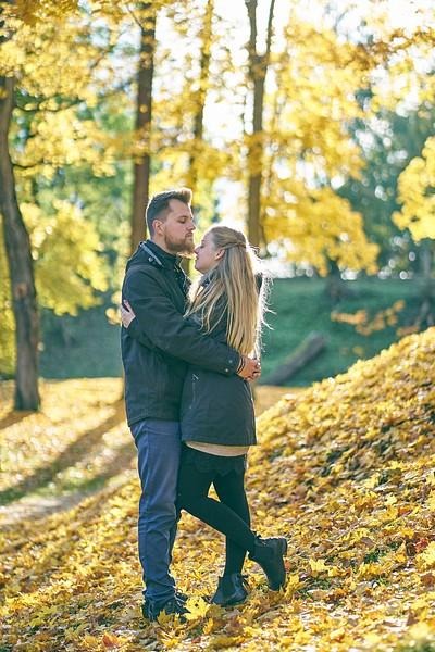 Rudenīga pāra fotosesija zelta rudenī Cēsīs lapkritis pāris apskāvies skatās