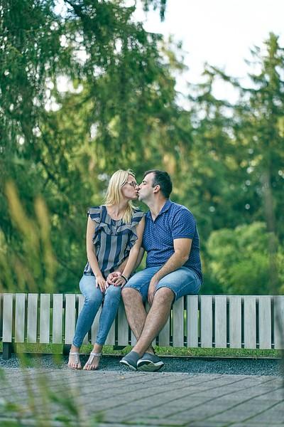 Pāris sēž uz soliņa un bučojas :D