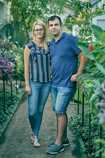 Pāris pozē Botāniskajā dārzā starp puķēm