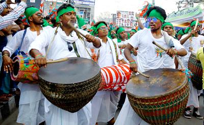People playing dhol