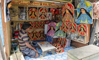 Artist selling durga idol and posters