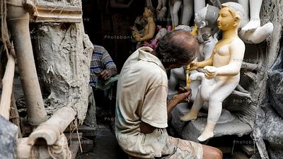 A man painting idol