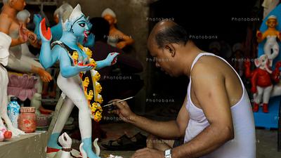 A man paining idols of kali