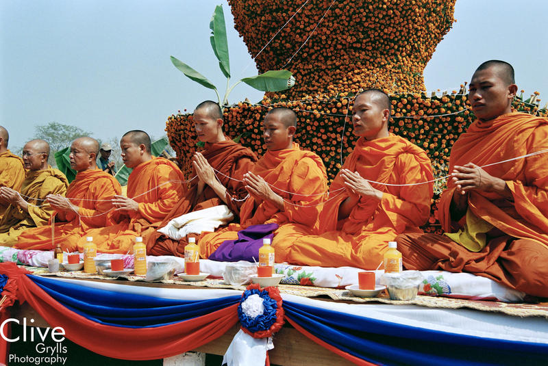 I L LAOS : ELEPHANT FESTIVAL, SAYABOURY PROVINCE : MONKS AND OFFERINGS