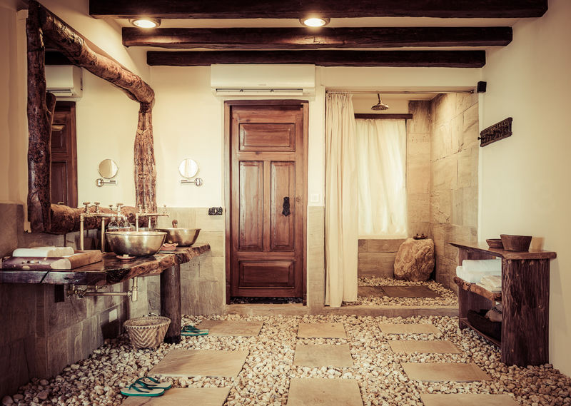 Bathroom with pebble floor / Dwarika's Dhulikhel / Nepal