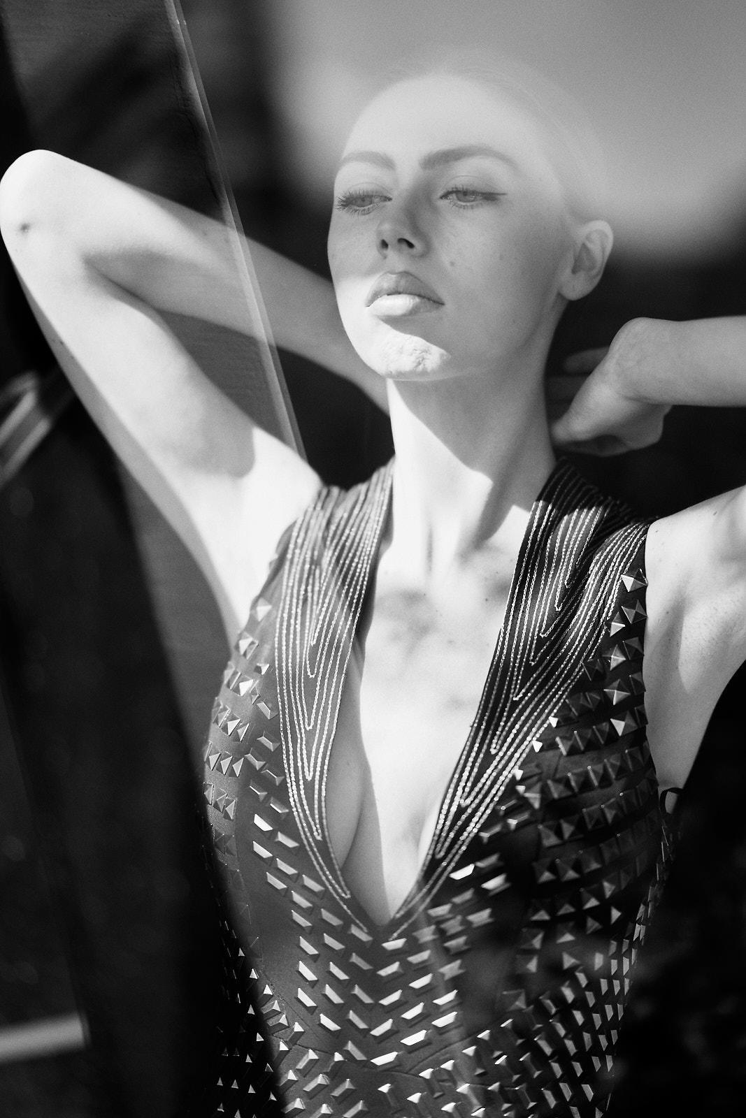 Foto retrato mujer en localizacion blanco y negro
