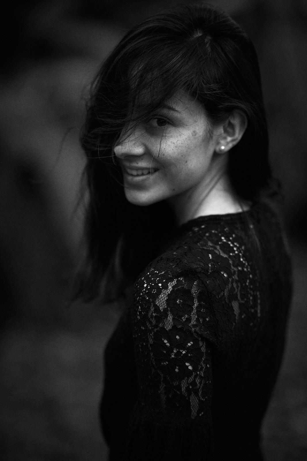 Foto retrato mujer en exteriores blanco y negro