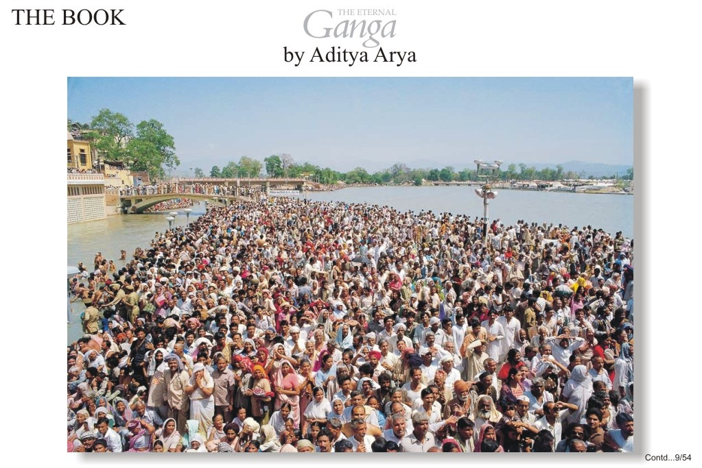 Pilgrims waiting for the Naga sadhus to complete their ritual ablutions.