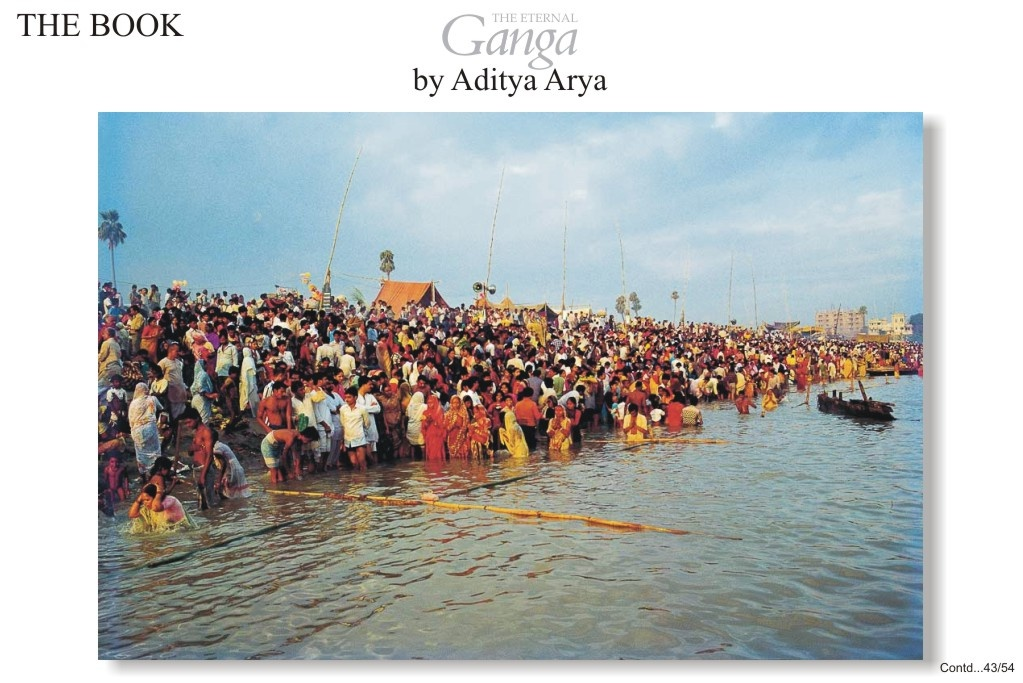 The rituals of Chhat are usually performed on the bank of a river or a large tank. Here, a large crowd of devotees have gathered on the bank of the Ganga at Patna to make an offering to the Sun god.