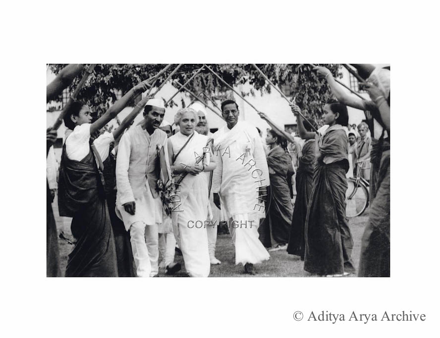 Young girls welcoming Vijaylakshmi Pandit. Undated