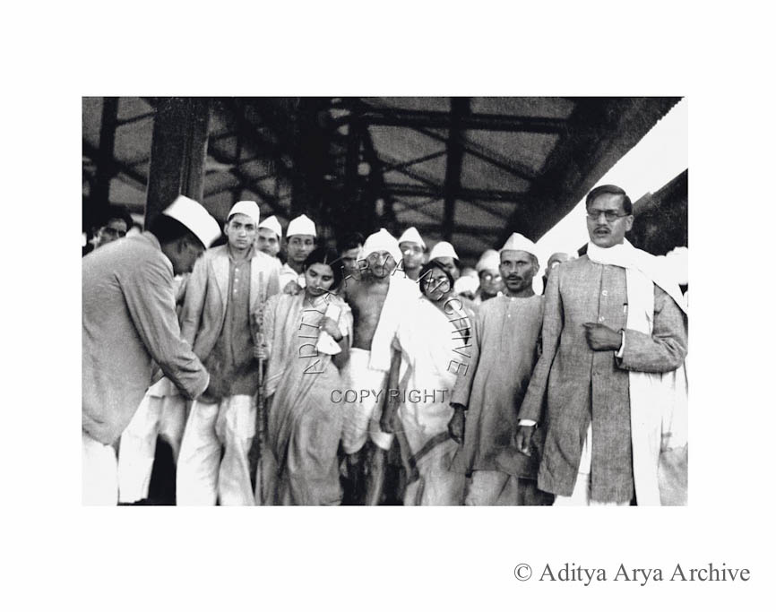 Mahatma Gandhi at Allahabad railway station. Seen on the right are Deshbandhu  Gupta and Sushila Nair. Undated