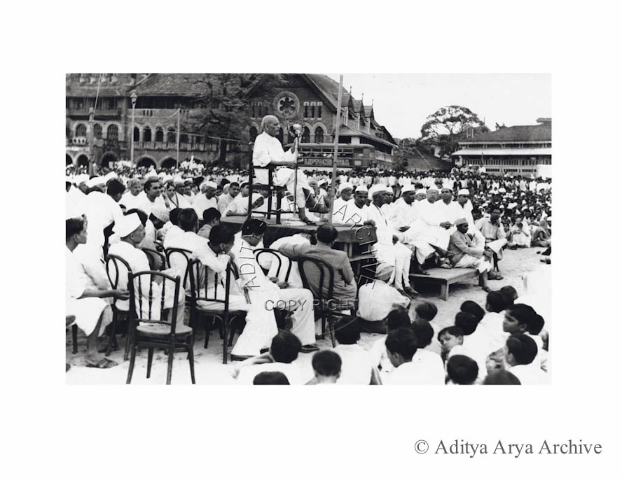 Sardar Patel addresses a public meeting at Chowpatty, Bombay, to elaborate on the   