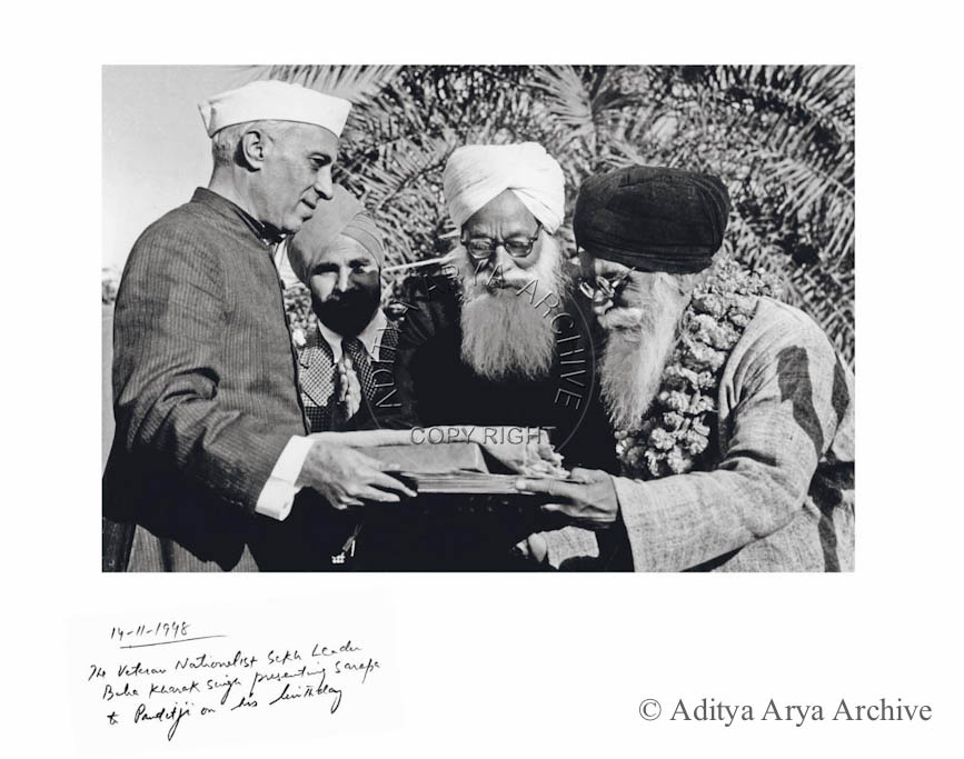 The veteran Nationalist Sikh leader Baba Kharak Singh presenting Saropa to Pandit ji on his birthday.