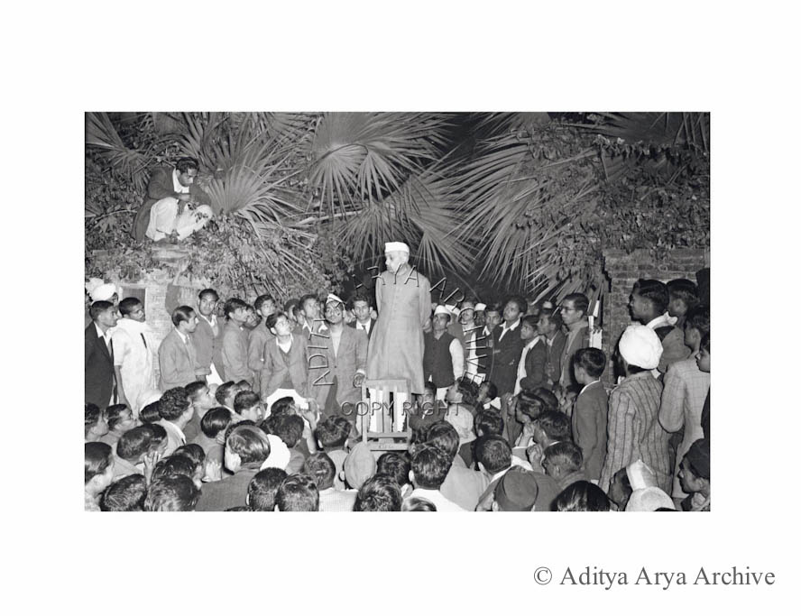 Jawaharlal Nehru holds a crowd in thrall at an impromptu meeting. Undated