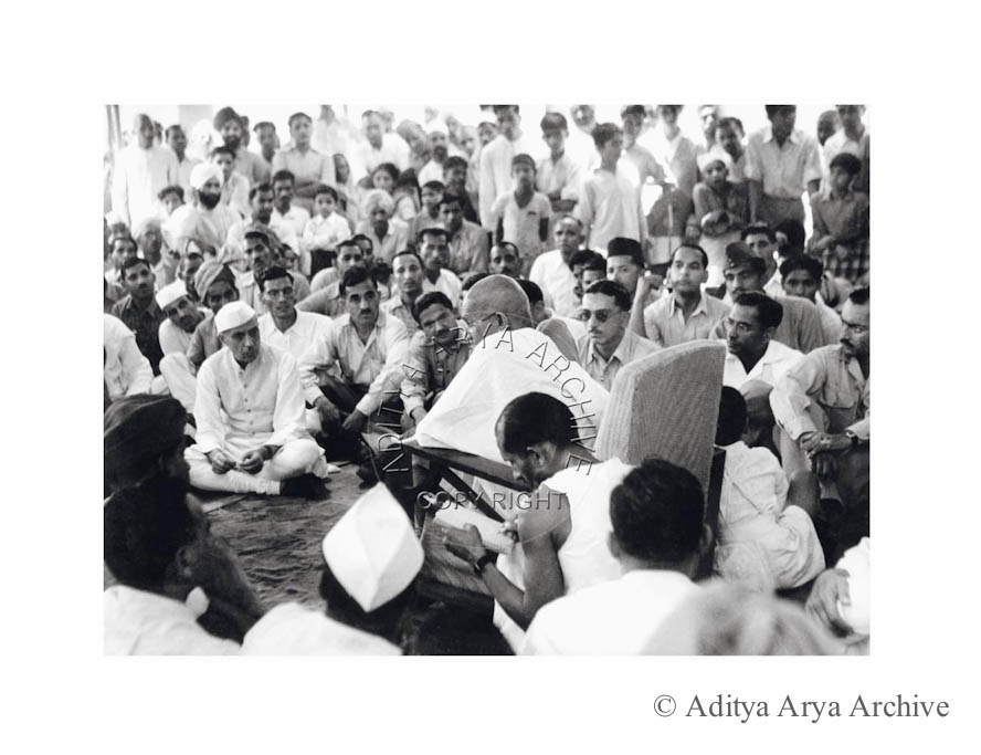 Jawaharlal Nehru attends a meeting of Gandhiji and INA soldiers.1945