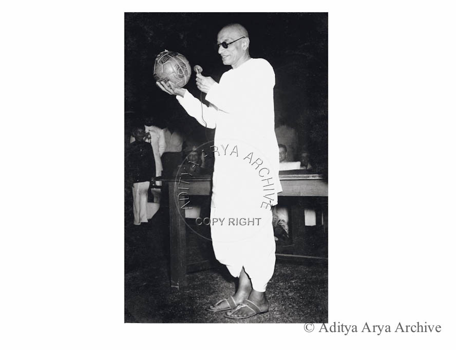 C. Rajagopalachari auction a football for the Services Welfare Fund at a match between Mohun Bagan and the Defence Services. New Delhi. The highest bid was of Rs 302.
