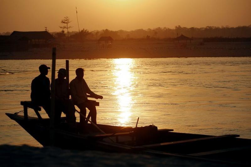 boat passengers, manas, 2007