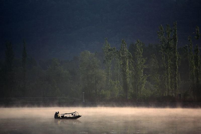 boatman in dal lake, srinagar, 2008