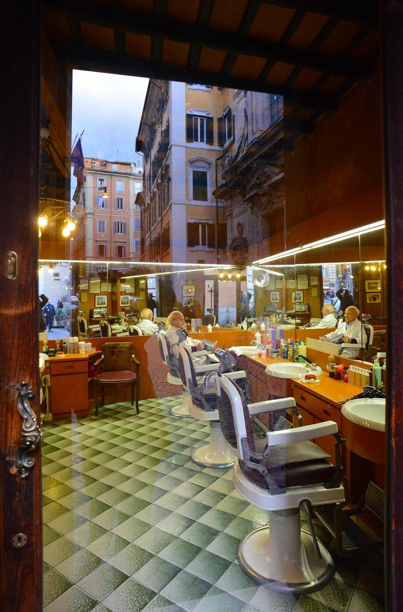 Roma, dentro e fuori. Barbiere.