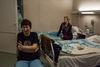 Les patientes se détendent le soir dans la cambre de l'ancien hôpital numéro 11 a Moscou, le 17 décembre, 2014. Julia, 47, a été diagnostiqué de sclérose en plaque il y a 18 ans. Il a fallut 2 ans pour faire un diagnostic complet. Elle a manifesté le 2 et le 29 novembre. Sa pension d'invalidité est de 12 000 roubles, passer une IRM coûte 8 700 roubles. Pour l'instant elle peut le faire gratuitement dans l'ancien hôpital numéro 11.