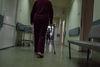 Les malades de sclérose en plaque  retournent dans leur chambre après les soins, à Moscou, le 18 décembre, 2014. « Les bons médecins ne resteront jamais sans travail. C'est surtout les patients avec des pathologies lourdes qui vont souffrir, » dit Olga Demicheva, endocrinologue de l'ancien hôpital numéro 11. Apres avoir reçu sa lettre de licenciement, elle a eu des propositions pour travailler pour les cliniques privées. Elle a commence a se battre car elle sais que jamais ses patients auront les moyens d'aller dans ces cliniques.
