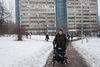 Nadejda, 57, la patiente régulière de l'ancien hôpital numéro 11,est en chemin pour voir son amie, a Moscou, le 19 décembre, 2014.  Elle est malade depuis l'age de 23 ans, mais on ne l'a pas cru au début. Un de symptômes est des crises d'euphorie.