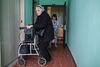 Lyuda, handicapée depuis l'enfance, part de la maison de son amie Nadejda pour se rendre au cimetière no loin de la, a Moscou, le 21 décembre, 2014. Son fils Ruslan est mort a 36 ans d'une polykystose rénale, car il n'a pas été pris en charge a temps. Il a agonisé pendant 4 jours chez lui, car la nouvelle loi empêche les ambulances de véhiculer les malades atteints des maladies chroniques. Il fut finalement transféré a l'hôpital mais c'était trop tard.