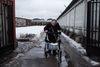 Lyuda, handicapée depuis l'enfance, rentre chez elle, a Moscou, le 21 decembre, 2014. Son fils Ruslan est mort a 36 ans d'une polykystose rénale, car il n'a pas été pris en charge a temps. Il a agonisé pendant 4 jours chez lui, car la nouvelle loi empêche les ambulances de véhiculer les malades atteints des maladies chroniques. Il fut finalement transféré à l'hôpital mais c'était trop tard.