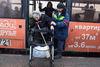 Lyuda, handicapée depuis l'enfance,  est en route pour se rendre à la sépulture de son fils , a Moscou, le 21 décembre, 2014. Le transport public est peu adapté aux besoins des handicapés.