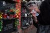 Lyuda vient se recueillir sur la sépulture de son fils,  à Moscou, le 21 decembre, 2014. Son fils Ruslan est mort a 36 ans d'une polykystose rénale, car il n'a pas été pris en charge a temps. Il a agonisé pendant 4 jours chez lui, car la nouvelle loi empêche les ambulances de véhiculer les malades atteints des maladies chroniques. Il fut finalement transféré à l'hôpital mais c'était trop tard.