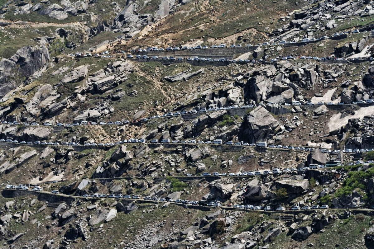 Cars stuck in Jam near Rohtang Pass, Himachal Pradesh