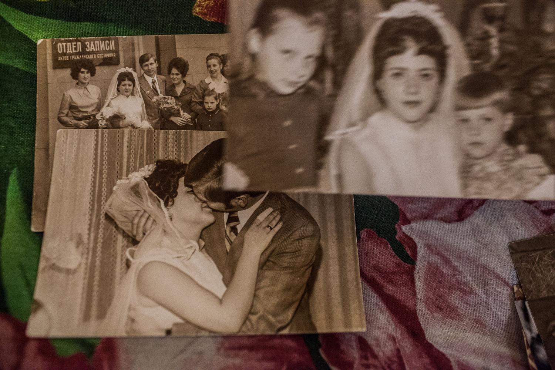 Les photos de mariage de Nadejda, la patiente régulière de l'ancien hôpital numéro 11, a Moscou, le 16 decembre, 2014. « Il vaut mieux que c'est soit moi la malade, que quelqu'un de ma famille, comme mon petit fils », dit Nadejda. Malgré sa maladie elle a eu un fils et deux petits fils.