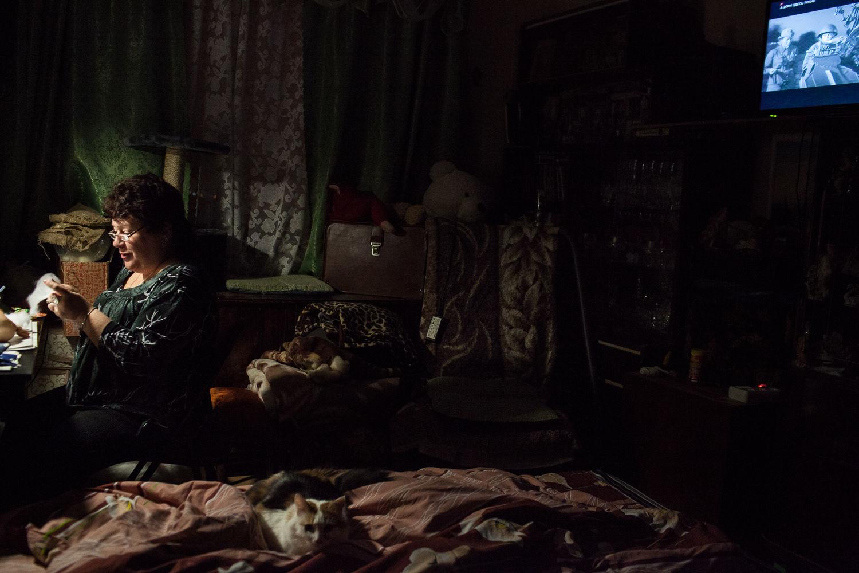 Nadejda, 57, la patiente régulière de l'ancien hôpital numéro 11, coud une poupée a Moscou, le 17 décembre, 2014. Ce n'est pas facile de faire de la couture car ses mains tremblent. « Je ne prend pas ma maladie comme un malheur », dit Nadejda. Elle est fière de pouvoir mener une vie presque normale.
