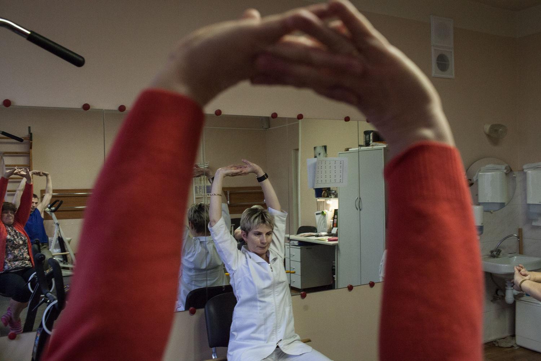 Les malades de sclérose en plaque font des exercices pour muscler l'haut du corps, a Moscou, le 18 décembre, 2014. L'ancien hôpital numéro 11, le centre de sclérose en plaque, est unique pour s'occuper de ces gens. « On a le statut d'handicape très jeune, mais on veux comme même continuer a vivre »  dit Natalia Zryacheva, l'activiste, touchée par la sclérose en plaque.
