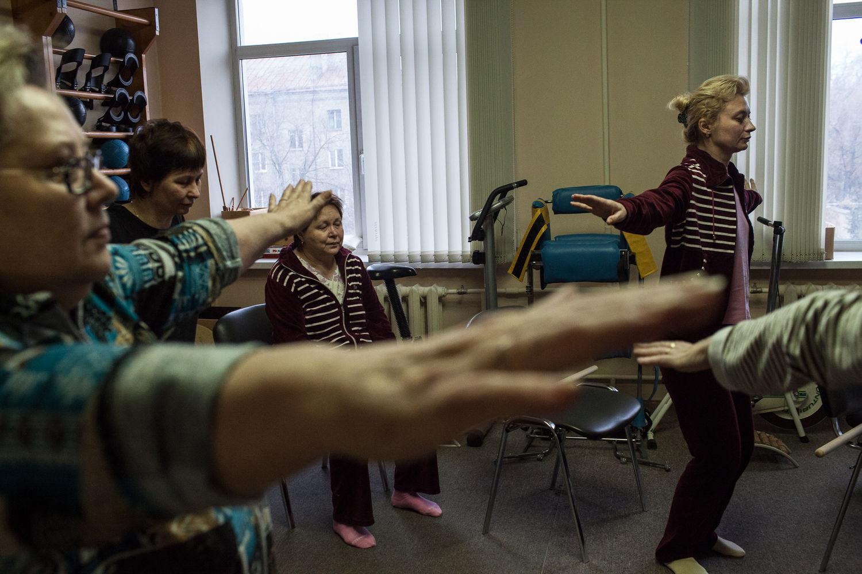 Les malades de sclérose en plaque font des exercices pour muscler l'haut du corps, a Moscou, le 18 décembre, 2014. L'ancien hôpital numéro 11, le centre de sclérose en plaque, est unique pour s'occuper de ces gens. « On a le statut d'handicape très jeun, mais on veux comme même continuer a vivre »  dit Natalia Zryacheva, l'activiste, touchée par la sclérose en plaque.