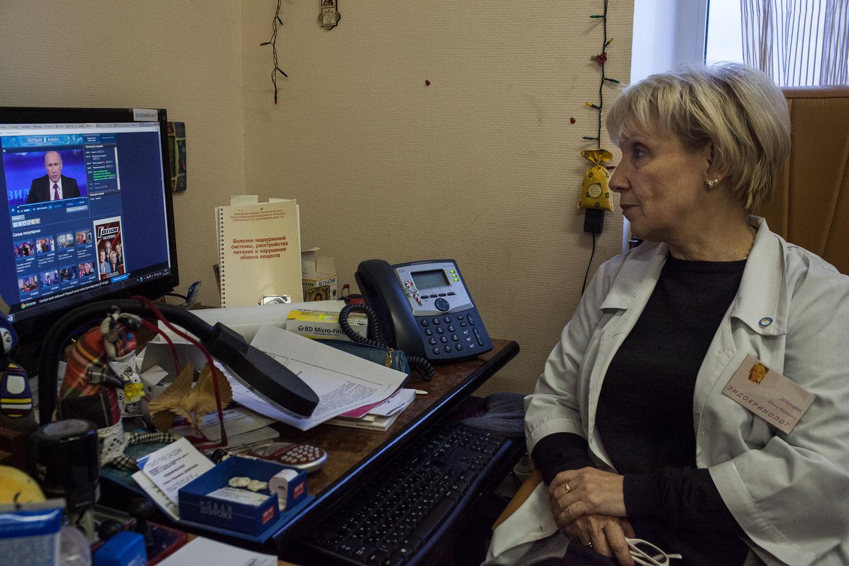 Olga Demicheva, endocrinologue, de l'ancien hôpital numéro 11, attend que sa question sur la fermeture de l'hôpital numéro 11  au présidant Poutine  soit posée lors d'une des session annuelle de questions réponses entre le présidant et ses concitoyens, a Moscou, le 18 décembre, 2014. Apres avoir reçu sa lettre de licenciement, elle a eu des propositions pour travailler pour les cliniques privées. Elle a commence a se battre car elle sais que jamais ses patients auront les moyens d'aller dans ces cliniques. « Les bons médecins ne resteront jamais sans travail. C'est surtout les patients avec des pathologies lourdes qui vont souffrir, » dit Olga.