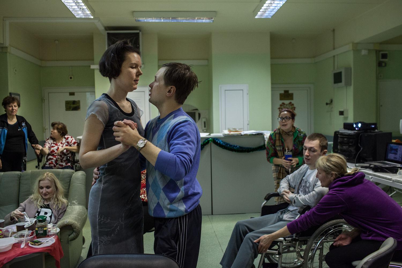 Les patients de l'ancien hôpital numéro 11, le centre de sclérose en plaque, fêtent Nouvel An à l'hôpital, à Moscou, le 19 décembre, 2014. « On a le statut d'handicape très jeune, mais on veux comme même continuer a vivre »  dit Natalia Zryacheva, l'activiste, touchée par la sclérose en plaque.